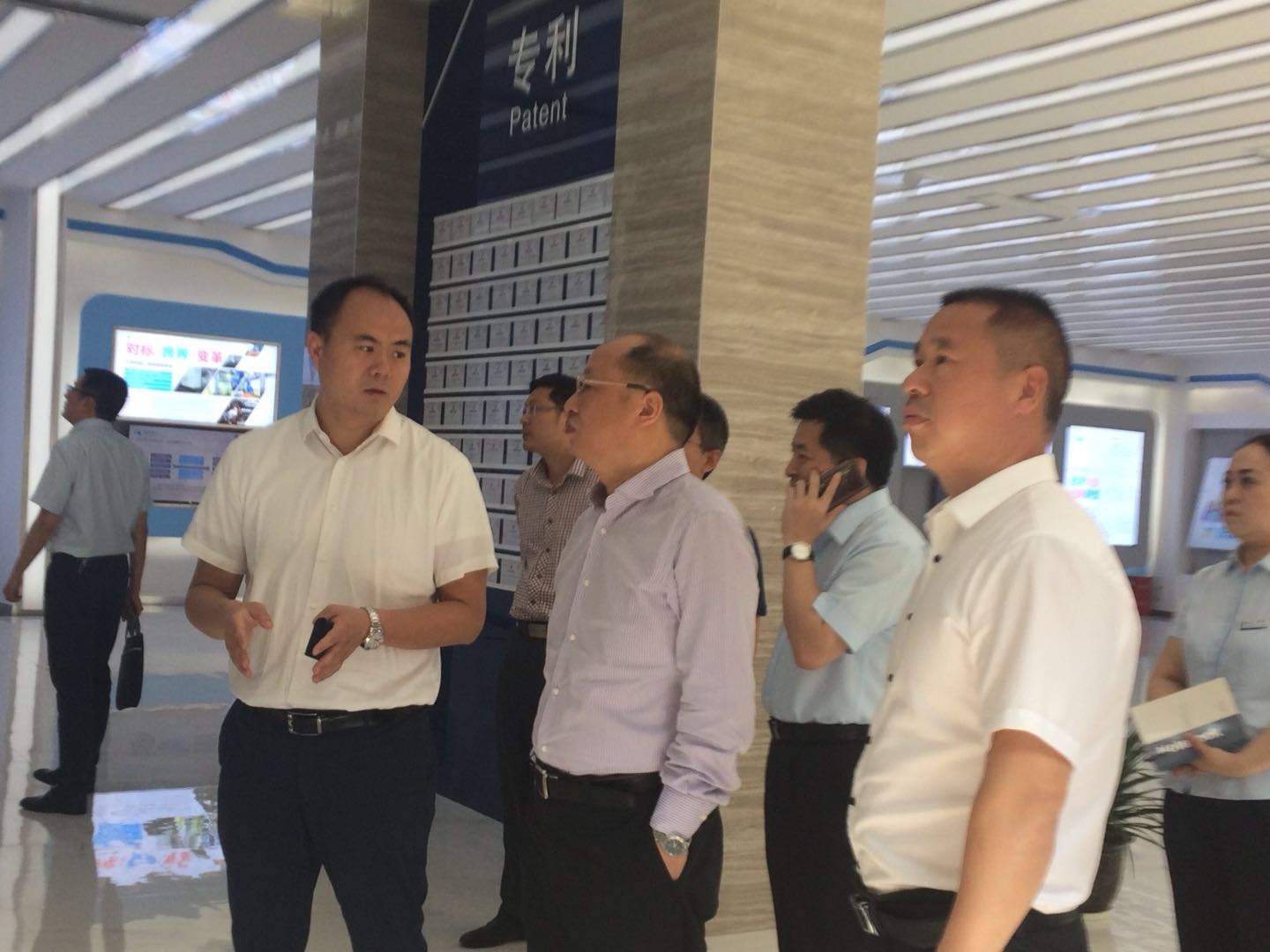 Zou Zhishi, deputy governor of China Construction Bank Hunan Branch, went to Zhongnan Intelligence Research