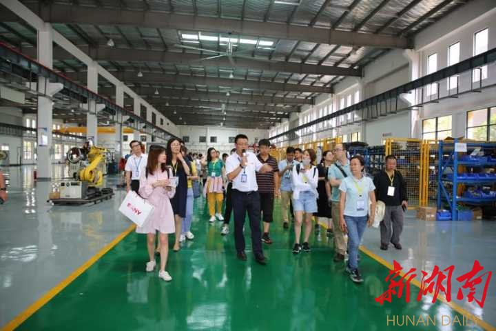 "The ""Dajiang rushing - reports from the Yangtze River Economic Belt"" theme group visited the Yuhua District"